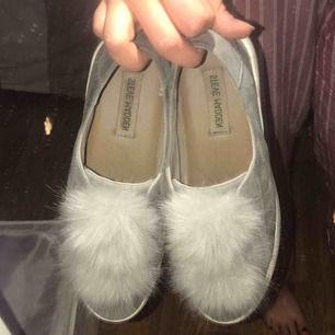 100% äkta Steve Madden skor i mocka och med höga sulor, inköpta i USA, knappt använda och är lika snygga med strumpor som utan😁 400kr exkl. frakt
