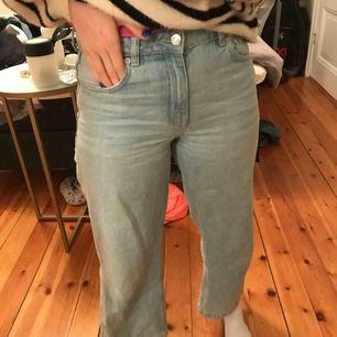 Croppade jeans i ljusblå färg. Bra skick då de är använda en gång. De är medelhöga i midjan.