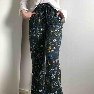 Somriga utsvängda byxor från HM x Anna Glover i storlek 36. Använt ett antal gånger men mycket bra skick. Fraktkostnad står köparen för!