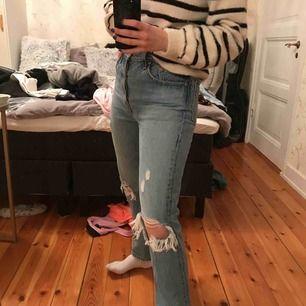 Stretchiga jeans från Levis. Modellen 501. Lite stora i storleken. Användes sparsamt så i väldigt bra skick.