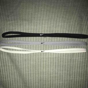 3 ganska nya pannband från Nike med gummi på insidan så den håller sig på plats!Perfekt om man spelar en sport! En för 30kr eller alla för 70kr! Frakt 9kr🥰✔️