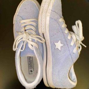 Intressekoll!  säljer mina converse one star i stl 36. köpta på sneakers and stuff förra året. endast använda ett fåtal gånger så säljer på grund av att de inte kommer till användning. nypris: 899 buda gärna i kommentarerna nedanför.