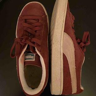 säljer mina puma suede skor inköpta förra året. knappt använda därav i fint skick. buda gärna. detta är mest en intressekoll