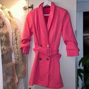 Sååååå snygg klänning från Bohoo!! Tyvärr inte kommit till användning någon gång.  Storlek 36. Ord pris: 450kr. Köpare står för frakt!