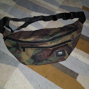 En cool magväska i kamouflagemönster från Vans. Väskan är relativt stor och rymmer mycket, det finns även en liten inneficka (se sista bilden). Bandet går att justera som man vill. Sparsamt använd. Kan mötas upp i Göteborg annars står köparen för frakt💕