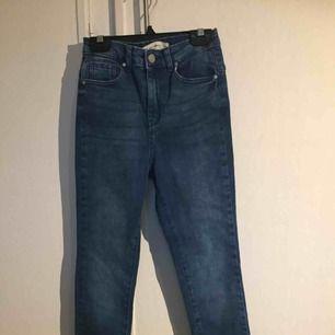 """Ett par jättefina """"Molly going out"""" jeans från Gina tricot. De är helt oanvända, 200kr plus frakt💖"""
