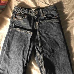 Säljer mina älskade jeans från topshop🥵 dem sitter som boyfriend jeans. Säljer pga dem blivit för kosta har själv längre ben 🦵.Dem är riktigt högmidjade och passar till det mesta🥰 nypris: 550 sparsamt använda utan skador