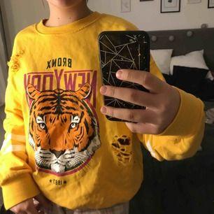 En cool collage tröja ifrån ginatricot. Slitningarna är en del av tröjans design. Säljer pga för stor. Andvänd 2 gånger.  Original pris-299kr