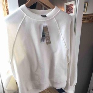 Helt oanvänd vit fin sweatshirt! Kan gå ned i pris vid snabb affär 🥰