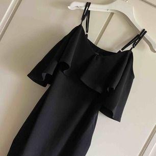 En kort klänning från Nelly 🦋 Endast testat en gång och säljer pågrund utav fel st Vi tvättar alla kläder och stryker de innan de skickas iväg! 70kr om man möts upp i gbg annars 70kr+40 med frakt!🤩