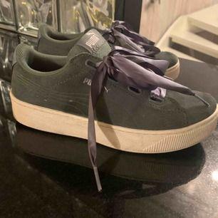Super snygga militär gröna mocka skor från puma med högre sula. Skorna är sällan använda och i nyskick, dessutom är dom jätte sköna och perfekta till våren