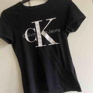 Äkta Calvin Klein t-shirt för endast 150kr🤯 150+40 för frakt och 150 om man bor i Gbg och möts up köpt för 500 på design only! Allt tvättas och stryks innan vi skicka iväg!🦋