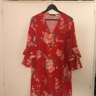 Fin klänning från Gina Tricot. Sparsamt använd.