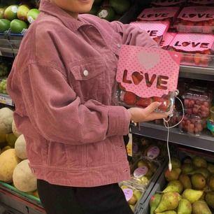 Superfin woodrose färgad manchesterjacka från Jacqueline de Yong. Oversized passform, nästan aldrig använd!! Storlek 36/S  200kr + frakt 💕🙏🏼✨