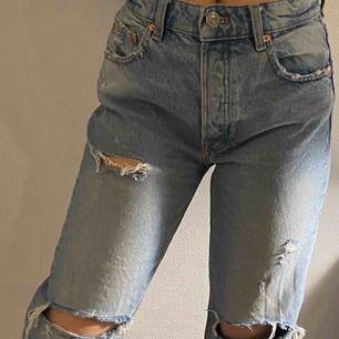 Fina jeans från zara i fint skick. Säljs pågrund av att jag köpte dom på plick men dom är tyvärr för stora för mig 💗