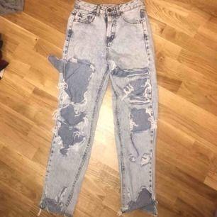 Slitna jeans från pull & bear i storlek 32! Säljer pga alledeles för små, pris kan dock diskuteras men köpare står för eventuell frakt!