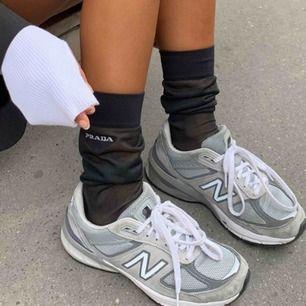 Dessa sjukt snygga och populära New Balance skorna! Köpta för 2000 och endast använda ett fåtal gånger, så i bra skick. Frakt ingår i priset! Skriv för fler bilder! 💗