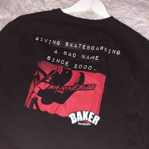 Vans tröja med tryck fram och bak som är as ball, använd få gånger inprincip nyskick🥰 köparen står för frakten!!