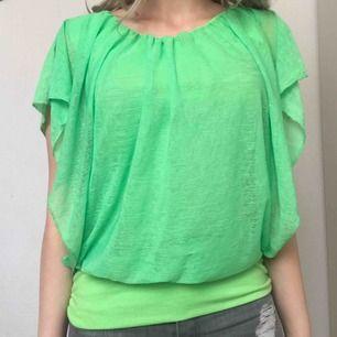 Cool neon t-shirt från Italien (vet inte märket) i storlek S! Köparen står för frakten men kan även mötas upp i Uppsala, Knivsta eller Sigtuna.  Tveka inte att fråga mig om något! 💚