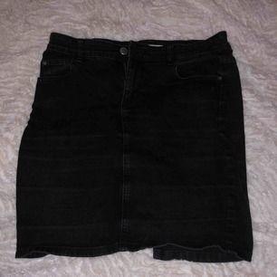 Jeanskjol med fickor baktill, storlek L men passar även M, köparen står för frakten