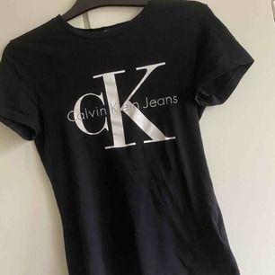 Äkta Calvin klein tshirt för endast 150kr🤩 Allt vi fraktar blir 40kr extra priset om vi inte möts upp i Gbg🤩Allt vi säljer tvättas och stryks innan vi skickar iväg det!🦋