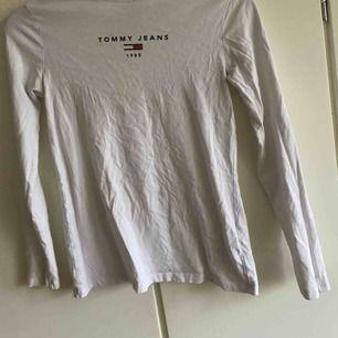 Äkta tommy hilfiger tröja!!🤗Endast 150kr! Allt vi fraktar blir 40kr extra priset om vi inte möts upp i Gbg🤩Allt vi säljer tvättas och stryks innan vi skickar iväg det!🦋