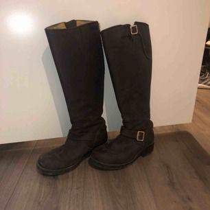 Höga boots från Johnny bulls som är använda ett fåtal gånger! Säljer ej under 1200 pga det fina skicket och att dom knappt är använda. Nypris är cirka 1800 kr.