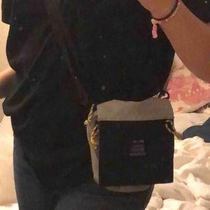 en väska från urban outfitters