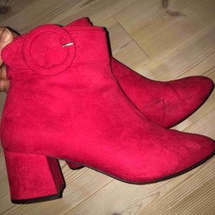 Röda Ankle boots❤️ Köpta på primark i London. Mycket sparsamt använda så i väldigt fint skick och ej slitna.