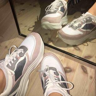 Sneakers i en mycket populär design. Vita, med fina gråa och dammrosa detaljer i fake- mocka. Bara burna en kväll, de är så gott som nya. Nypris= 650kr 🌸💕