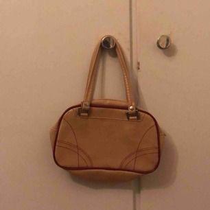 en liten gullig handväska