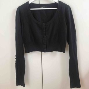 Fin tröja från Vero Moda i storlek L! Köparen står för frakten men kan även mötas upp i Uppsala, Knivsta eller Sigtuna.  Tveka inte att fråga mig om något! 🌹