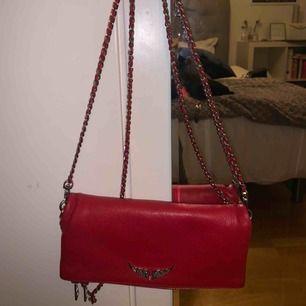 Säljer min sprillans nya Zadig Voltaire väska i en ascool röd färg❣️❣️ äskar den men behöver pengarna😌 kontakta mig för fler bilder. Buda✌🏼