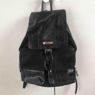 Snygg ryggsäck från USA! Köparen står för frakten men kan även mötas upp i Uppsala, Knivsta eller Sigtuna.  Tveka inte att fråga mig om något! 💐