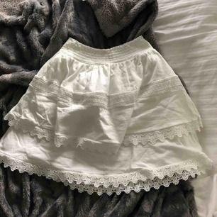 Jättefin vit volangkjol som är i superbra skick!