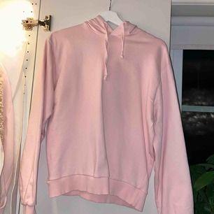 Supersnygg ljusrosa hoodie från NAKD. Knappt använd och i bra skick. Köpare står för frakt.