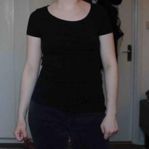 En helt vanlig svart t-shirt. Passar bra på mig som har storlek s. Frakten är inräknad i priset.