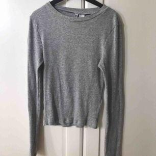 Basic grå långärmad topp som är ribbad från H&M, kommit sällan till användning och är i fint skick. Köparen står för frakt 18kr. Säljer även en likadan i vit❤️🤩