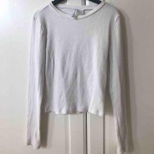 Basic vit långärmad topp som är ribbad från H&M, kommit sällan till användning och är i fint skick. Köparen står för frakt 18kr. Säljer även en likadan i grått❤️🤩