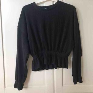 Super söt tröja från Zara. Är verkligen så skön och fin på! Säljer pga måste bli av med lite kläder. Den är i fint skick då den vart använd max tre gånger Köparen står för frakten❤️🤩