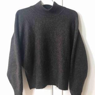 Helt ny tröja från hm i mörkbrunt, verkligen super fin och skön men har tyvärr inte kommit till användning. Köparen står för frakten😋🖤