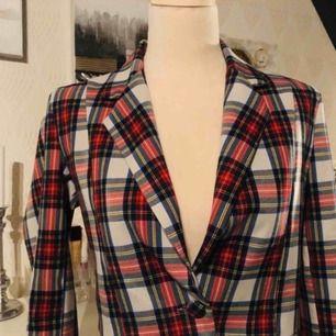 Rutig kavaj i kortare modell. Italienskt mode. Storlek S och är i perfekt skick. Kan skickas mot fraktkostnad.