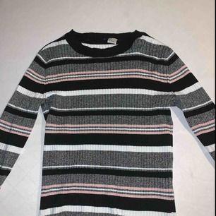 """Åtsittande tröja från h&m. Storlek Small. (Lite längre än en """"crop-top""""). Använd 2 gånger."""