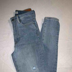 Högmidjade ljusblå jeans från Cubus. Storlek XS men sitter som S/36!