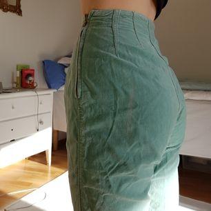 Supersöta jeans i manchestertyg från 90-talet (!). Storlek M men passar troligen mer som S. Byxorna sitter riktigt snyggt!