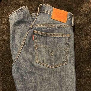 Säljer dessa levi's 501 i storleken S men passar mig bra som är strl XS, mom jeans.  Nypris: 1199 kr  Säljer pga att jag inte använder dom så mycket som jag hade velat. Frakt tillkommer för köparen, annars kan jag mötas upp i gbg