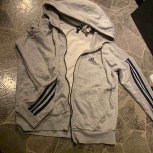 Adidas hoodie, dragkedjan är sönder (där av priset) storlek S