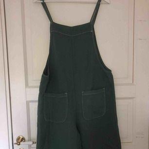 Jättefin grön byxdress/jumpsuit från Zara. Använd endast 1 gång. Säljer pgr av att den är lite för stor.