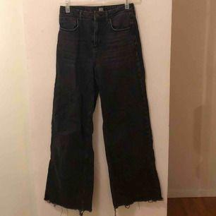 byxor från urbanouttfitters, då jag klippt av en liten del av byxorna ned till då dem va jättelånga trots att jag själv är lång. snygg detalj annars så är byxorna längre i modellen så de går att sy upp