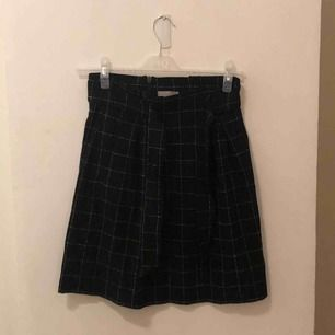kjol från H&M, där man kan knyta runt midjan. som ny!